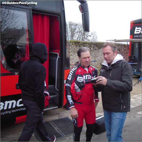 Bruyneel attempts to explain to Och that the Breakaway League number work (photo courtesy C. Selden/Pez Cycling News)